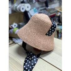 Шляпа вязаная из рафии с лентой в горошек